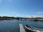 Der Hafen von Abruka. Man beachte die Absaugung des Baggers mitten im Hafen...