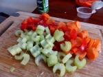 Gemüse schneiden.