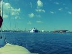 Direkt durch den Manäversektor der zahlreichen Fähren. Da macht die sehr formelle Verehrslenkung doch Sinn...