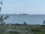 Die kleinen Frachter ziehen an der Lotseninsel vorbei...