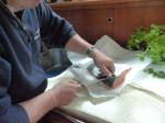 Zunächst wird der Fisch enthäutet und in kleine Würfel oder Scheiben geschnitten.