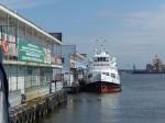 ...Ne, auf der anderen Seite! Neben ner alten Hamburger Hafenfähre, die jetzt als Restaurant dient.