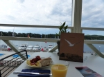 Luxus-Frühstück mit Blick auds Boot. Meer geht nicht!