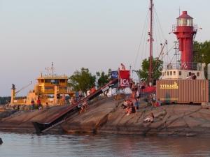 Schwedisches Sommerleben am Hafen.