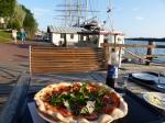Eine Seglerlegende. Pizza unter dem Heck der Pommern.