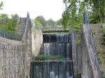 Das Wasser plätschert die alten Schleusenkammern hinab.