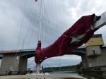 Kleines Abenteuer vor Göteborg. Die Brücke hat 13m Durchfahrtshöhe. Habe meinen Mast noch nie vermessen...