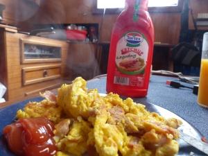 Zünftiges Frühstück mit polnischem Ketchup.